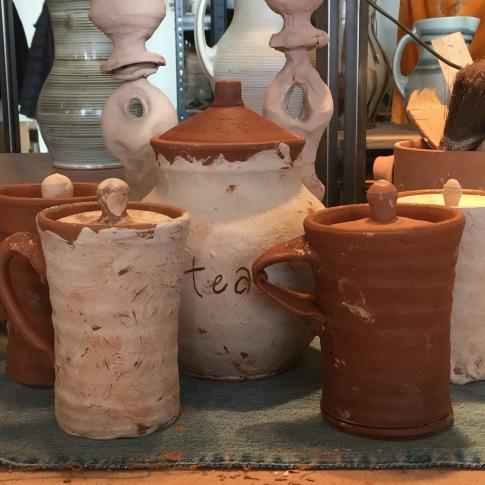 lidded mugs w. tea jar